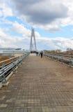 Krasnogorsk,俄罗斯- 4月18,2015 步行桥从两座定向塔,高每个测量的41个的m被修筑 定向塔被连接 免版税库存图片