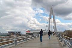 Krasnogorsk,俄罗斯- 4月18,2015 步行桥从两座定向塔,高每个测量的41个的m被修筑 定向塔被连接 免版税图库摄影