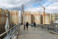 Krasnogorsk,俄罗斯- 4月18,2015 步行桥从两座定向塔,高每个测量的41个的m被修筑 定向塔被连接 库存照片