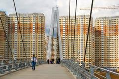 Krasnogorsk,俄罗斯- 4月18,2015 步行桥从两座定向塔,高每个测量的41个的m被修筑 定向塔被连接 免版税库存照片