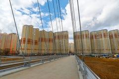 Krasnogorsk,俄罗斯- 4月18,2015 步行桥从两座定向塔,高每个测量的41个的m被修筑 定向塔被连接 库存图片