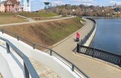 Krasnogorsk RUSIA - 22 de abril 2015: La 'promenade' de Zivopisnaya en los bancos del río de Moskva Gente que camina de la ubicac Fotografía de archivo