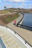 Krasnogorsk RUSIA - 22 de abril 2015: La 'promenade' de Zivopisnaya en los bancos del río de Moskva Gente que camina de la ubicac Fotos de archivo libres de regalías