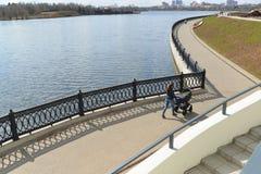 Krasnogorsk RUSIA - 22 de abril 2015: La 'promenade' de Zivopisnaya en los bancos del río de Moskva Gente que camina de la ubicac Imágenes de archivo libres de regalías