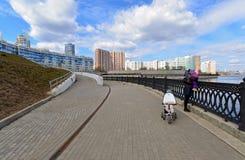 Krasnogorsk RUSIA - 22 de abril 2015: La 'promenade' de Zivopisnaya en los bancos del río de Moskva Gente que camina de la ubicac Imagen de archivo