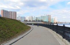Krasnogorsk RUSIA - 22 de abril 2015: La 'promenade' de Zivopisnaya en los bancos del río de Moskva Gente que camina de la ubicac Foto de archivo