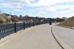 Krasnogorsk RUSIA - 22 de abril 2015: La 'promenade' de Zivopisnaya en los bancos del río de Moskva Gente que camina de la ubicac Imagen de archivo libre de regalías