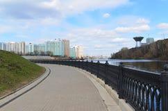 Krasnogorsk RUSLAND - 22 April 2015: De Zivopisnaya-promenade op banken van de Moskva-Rivier Plaats lopende mensen Het gebied res Stock Afbeeldingen