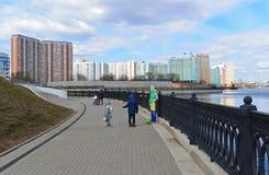 Krasnogorsk RUSLAND - 22 April 2015: De Zivopisnaya-promenade op banken van de Moskva-Rivier Plaats lopende mensen Het gebied res Royalty-vrije Stock Foto's