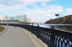 Krasnogorsk RUSLAND - 22 April 2015: De Zivopisnaya-promenade op banken van de Moskva-Rivier Plaats lopende mensen Het gebied res Stock Foto's