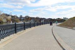 Krasnogorsk RUSLAND - 22 April 2015: De Zivopisnaya-promenade op banken van de Moskva-Rivier Plaats lopende mensen Het gebied res Royalty-vrije Stock Afbeelding