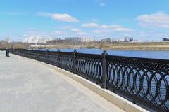 Krasnogorsk RUSLAND - 15 05 2015 De schilderachtige dijk op de Rivier van Moskou - de plaats van massa loopt in de voorsteden van Royalty-vrije Stock Afbeelding