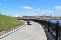 Krasnogorsk RUSLAND - 15 05 2015 De schilderachtige dijk op de Rivier van Moskou - de plaats van massa loopt in de voorsteden van Royalty-vrije Stock Afbeeldingen