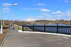 Krasnogorsk RUSLAND - 15 05 2015 De schilderachtige dijk op de Rivier van Moskou - de plaats van massa loopt in de voorsteden van Royalty-vrije Stock Fotografie