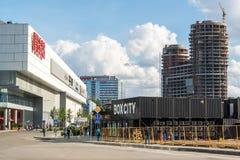 Krasnogorsk, Rusland - Juli 09 2016 Bouwbureau en commercieel centrum Twee Kapiteins en winkelcomplexxen Vegas en Royalty-vrije Stock Foto's