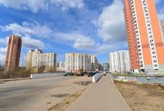 KRASNOGORSK, RUSSLAND - APRIL 22,2015: Die Neubaubezirke in den Vororten Bereich der Wohnentwicklung auf millio ungefähr 2 Stockbild