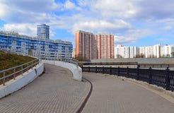 KRASNOGORSK, RUSSLAND - APRIL 22,2015: Die Neubaubezirke in den Vororten Bereich der Wohnentwicklung auf millio ungefähr 2 Stockfotografie