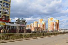 KRASNOGORSK, RUSSLAND - APRIL 22,2015: Die Neubaubezirke in den Vororten Bereich der Wohnentwicklung auf millio ungefähr 2 Stockfoto