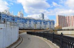 KRASNOGORSK, RUSSLAND - APRIL 22,2015: Die Neubaubezirke in den Vororten Bereich der Wohnentwicklung auf millio ungefähr 2 Lizenzfreie Stockfotografie
