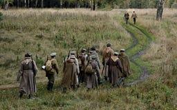 KRASNOGVARDEYSKIY SVERDLOVSK OBLAST, RYSSLAND - SEPTEMBER 11, 2016: Historisk reenactment av den ryska inbördeskriget i Uralsna i Royaltyfri Foto