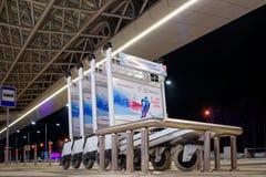Krasnojarsk-Flughafen krasnoyarsk Russia-17 02 2019 Willkommensschild für das KRASNOJARSK, RUSSLAND - 9. Januar 2018: ein Willkom stockfotografie