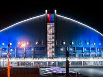 KRASNOJARSK, rf 24 marzo 2019: Il passaggio pedonale conduce a thePalace degli sport nominati dopo Ivan Yarygin, l'inverno fotografia stock libera da diritti