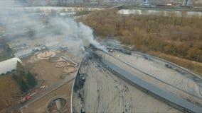 Krasnojarsk, Russia - 08 possono, 2018: Vista aerea dell'estinzione del fuoco importante sul tetto dello stadio stock footage