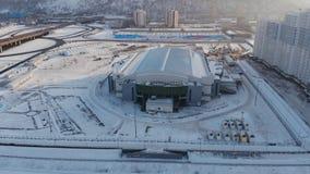 Krasnojarsk, Russland - 20. Januar 2019: Eisarenastadion für den Winter Universiade 2019 in Krasnojarsk Schattenbild des kauernde stock footage