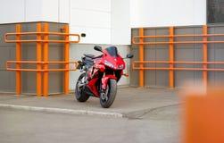 KRASNOJARSK, RUSSLAND - 20. JUNI 2017: Rotes und schwarzes sportbike Hon Stockfoto