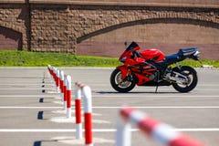 KRASNOJARSK, RUSSLAND - 27. MAI 2017: Rotes und schwarzes sportbike Hond Lizenzfreie Stockfotografie