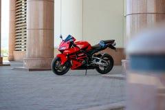 KRASNOJARSK, RUSSLAND - 27. MAI 2017: Rotes und schwarzes sportbike Hond Stockfotos