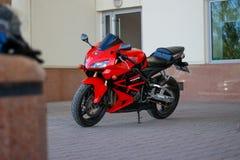 KRASNOJARSK, RUSSLAND - 27. MAI 2017: Rotes und schwarzes sportbike Hond Stockbild