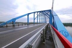 Krasnoyarsk östliga Sibirien - 15 Augusti 2012: bron över t Royaltyfria Bilder