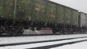 Krasnoyarsk, Rússia - 2 de dezembro de 2018: transportes do trem que movem-se no inverno filme