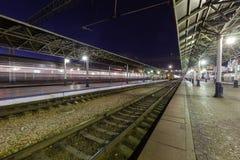 Krasnoyarsk, Rússia - 26 de setembro de 2014: Quadrado da estação de trem Imagens de Stock