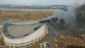 Krasnoyarsk, Rússia - 08 podem, 2018: Ideia aérea de extinguir um fogo principal no telhado do estádio video estoque