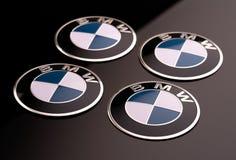Krasnoyarsk, Rosja, 26 2019 Czerwiec: 4 koła pokrywa z BMW logo nakrętką zako?czenie, czarny t?o zdjęcia royalty free