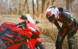 KRASNOYARSK ROSJA, Kwiecień, - 21, 2018: Piękny motocyklista wewnątrz Zdjęcia Stock