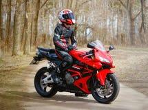 KRASNOYARSK ROSJA, Kwiecień, - 21, 2018: Piękny motocyklista wewnątrz Obraz Stock