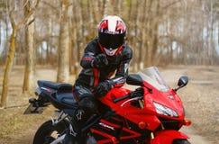 KRASNOYARSK ROSJA, Kwiecień, - 21, 2018: Piękny motocyklista wewnątrz Zdjęcie Stock