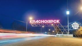Krasnoyarsk Rosja, Kwiecie?, - 09, 2019: podpisuje przy wej?ciem miasto Krasnoyarsk, samochodowy ruch drogowy przy noc? obraz royalty free