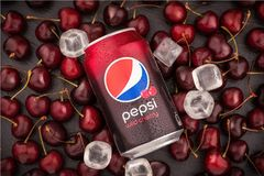 Krasnoyarsk, Rosja - 1 2019 Lipiec: Aluminiowa puszka Pepsi Dzika wiśnia nad ciemnym tłem Piękne czereśniowe jagody i lód obrazy stock