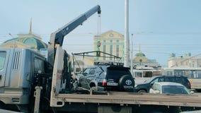 Krasnoyarsk, 07 Rusland-April, 2019: het laden van een auto op een slepenvrachtwagen bij het stationvierkant stock videobeelden