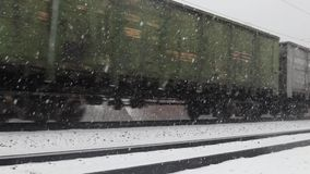 Krasnoyarsk, Rusland - December 2, 2018: treinvervoer die zich bij de winter bewegen stock footage