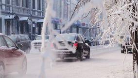 KRASNOYARSK/RUSSIA-2018 am 25. Januar: Autoverkehr am Wintertag im Stadtzentrum stock footage