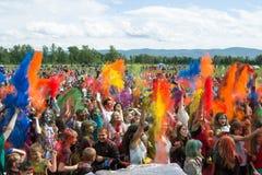 KRASNOYARSK RYSSLAND - JUNI 2015: Folket firar Holi-som delen av festivalgräsplan arkivfoto