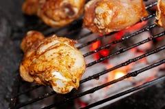 Kraszone kurczak nogi piec na grillu na grilla grillu zdjęcia royalty free