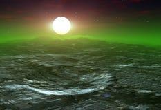 Krater auf einem Mond mit einer Sonne, die von hinten aufkommt Stockbild
