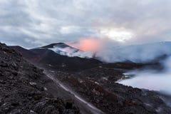 Krater av att få utbrott vulkan Tolbachik, Kamchatka halvö, Ryssland arkivfoto