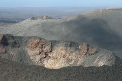 Krater av en vulkan i slut upp Royaltyfria Bilder